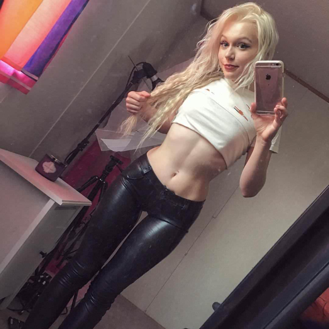 Fitness Babe With Shiny Gap