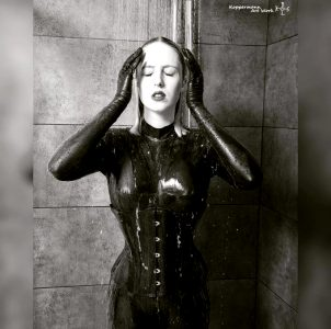 Showering In Latex – Latexvin